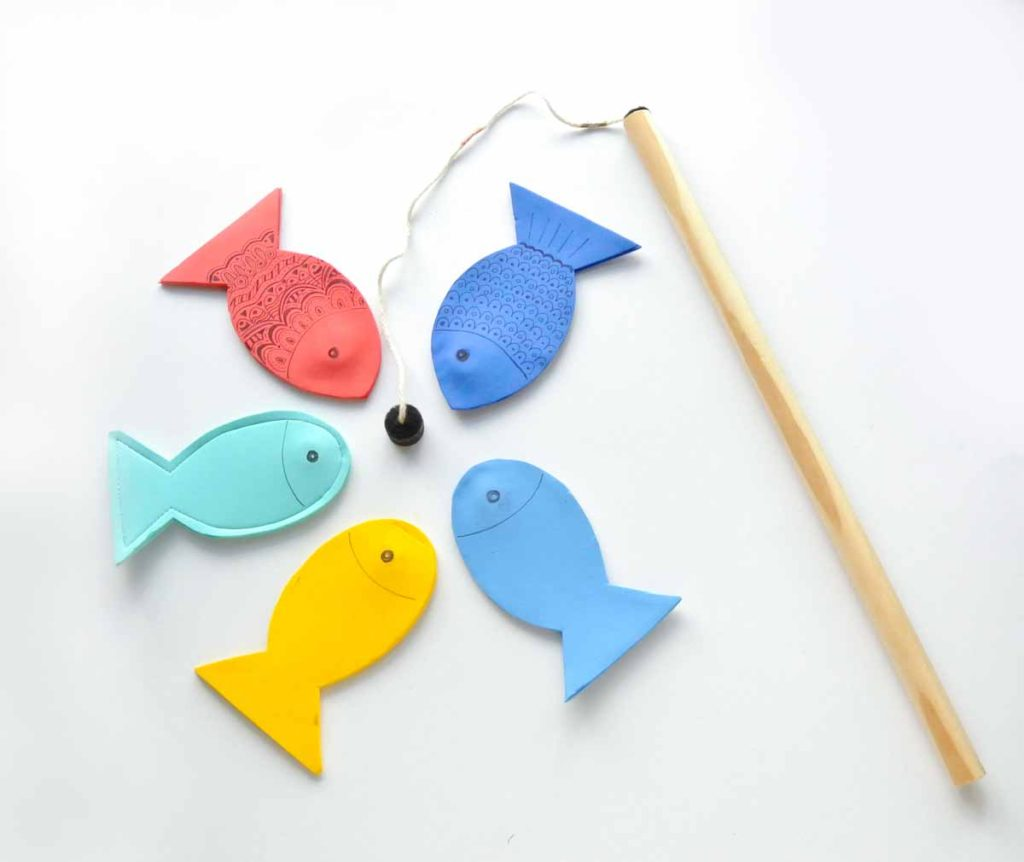 Shows magnetic fishing rod with 5 magnetic foam fish in different colors